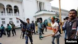Polisi berusaha melerai bentrokan antara pendukung partai berkuasa Bangladesh Liga Awami dan pendukung oposisi di Dhaka (foto: dok).