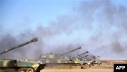 Самоходные артиллерийские установки сирийской армии ведут огонь по позициям повстанцев (архивное фото)