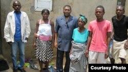 Isaías Samakuva, presidente da UNITA, com a mãe, irmãos e prima de Isaías Cassule, numa visita recente às famílias Cassule e Kamulingue (foto UNITA)