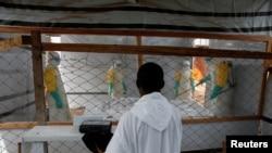 Umupadiri araba abajejwe amagara y'abantu bakurikirana abarwayi ba Ebola i Butembo, muri Kongo, kw'itariki 26/03/2019.