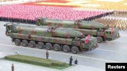 지난 2015년 평양에서 열린 노동당 창건 70주년 열병식에 공개된 KN-08 대륙간탄도미사일(ICBM). (자료사진)