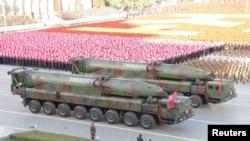 지난해 10월 평양에서 열린 노동당 창건 70주년 열병식에 탄두가 뾰족한 형태에서 둥근 형태로 개량된 KN-08 대륙간탄도미사일(ICBM)이 공개됐다. (자료사진)