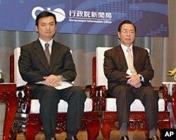 台湾新闻局长杨永明(左)和财政部长李述德都是代表团成员