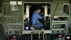这张2006年资料照显示工作人员在L3通讯公司在盐湖城的工厂为悍马军车装配卫星通讯线路。居住在美国新泽西州的中国公民刘思星曾受雇于L3通讯公司。