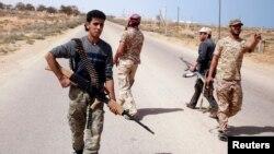 Các chiến binh của nhóm Bình minh Libya tìm kiếm các vị trí quân sự của Nhà nước Hồi giáo trong một cuộc tuần tra gần Sirte.