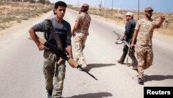 Tentara Libya berpatroli di Sirte, mencari posisi militan ISIS.