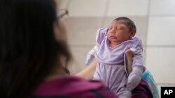 Cassiana Severino porte sa fille Melisa Vitoria, née avec une microcéphalie à l'hôpital de IMIP à Recife, dans l'Etat de Pernambuco, au Brésil, 3 février 2016.