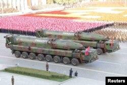 지난 2015년 10월 10일 평양에서 열린 노동당 창건 70주년 열병식에 탄두가 뾰족한 형태에서 둥근 형태고 개량된 KN-08 탄도미사일(ICBM)이 공개됐다. (자료사진)