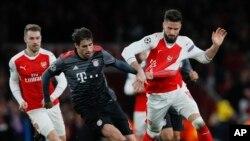 Olivier Giroud (Arsenal), à droite, est défié par Javi Martinez du Bayern lors de la 16e journée de la Ligue des champions entre l'Arsenal et le Bayern Munich à l'Emirates Stadimum à Londres, mardi 7 mars 2017.