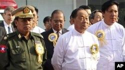 ຮອງປະທານາທິບໍດີມຽນມາ ທ່ານ Tin Aung Myint Oo (ເສື້ອຂາວແຖວໜ້າ)