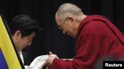 Tibet diniy rahnamosi Dalay Lama Yaponiyada asosiy muxolif guruh, Liberal-Demokratik partiya sardori, sobiq bosh vazir Shinzo Abe bilan parlamentda uchrashmoqda, Tokio, 13-noyabr, 2012-yil.