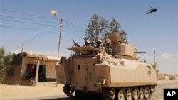 Tentara Mesir berkendaraan lapis baja dan sebuah helikopter berpatroli di sebuah desa di Sinai, Mesir utara, 7 September 2013 (Foto: dok).