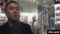 聖誕禮品公司負責人、村黨委書記王連明接受美國之音採訪。