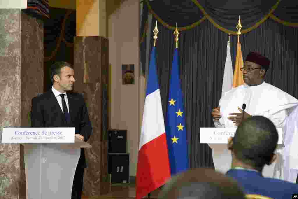 Le président français Emmanuel Macron, et le président nigérien, Mahamadou Issoufou, assistent à une conférence de presse au Palais présidentiel, à Niamey, au Niger, le 23 décembre 2017.