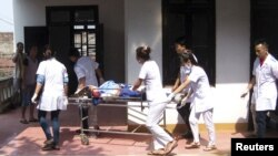 Thi thể của một nạn nhân thiệt mạng trong vụ nổ kho pháo tại Phú Thọ, ngày 12/10/2013.