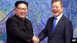 朝鲜领导人金正恩与韩国总统文在寅在板门店会晤 (资料照片)