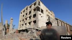 Вартовий біля пошкодженого будинку сил безпеки в Каїрі