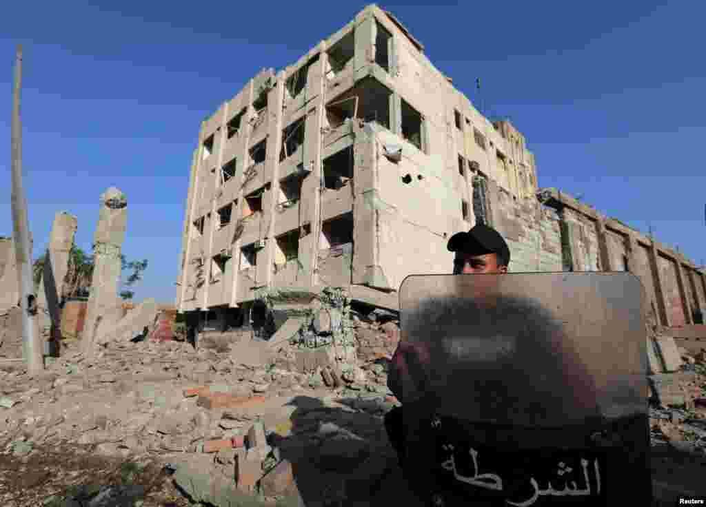 A security official guards the site of a bomb blast at a state security building in Shubra Al-Khaima, on the outskirts of Cairo, Aug. 20, 2015.