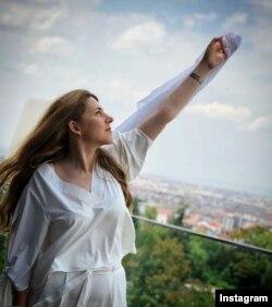 خانم شجری زاده بعد از برخورد قضایی مجبور به ترک ایران شد.