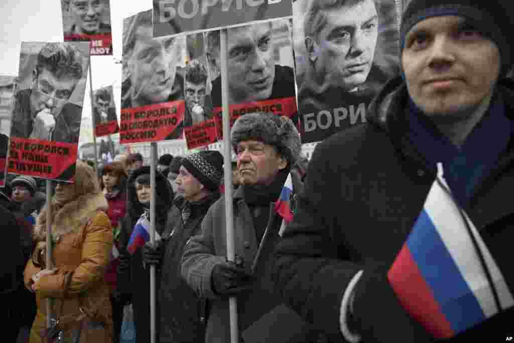 """Người tuần hành cầmchân dung nhà lãnh đạo đối lập Boris Nemtsov, người đã bị bắn chết hôm thứ Sáu gần điện Kremlin, với hàng chữ """"Ông đã đấu tranh cho tự do của một nước Nga, ông đã đấu tranh cho tương lai của chúng tôi!"""" tại Moscow, Nga, ngày 1/3/2015."""