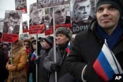 数万人在克里姆林宫附近游行,悼念被杀害的反对派领袖涅姆佐夫