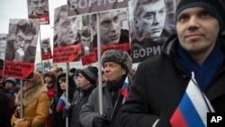 """Người tuần hành mang theo chân dung nhà lãnh đạo đối lập bị ám sát Boris Nemtsov với hàng chữ """"Ông đã đấu tranh cho tự do của một nước Nga, Ông đã đấu tranh cho tương lai của chúng tôi!"""" tại Moscow, ngày 1/3/2015."""