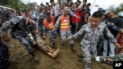 救援人員在現場處理屍體。