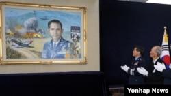 '전쟁고아의 아버지' 딘 헤스 미 공군 대령 1주기 추모식이 4일 서울 공군회관에서 열렸다. 정경두 공군참모총장 등 참석자들이 헤스 대령의 초상화 제막식을 하고 있다.