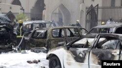 29일 사우디 아라비아 다맘의 시아파 이슬람 사원이 폭탄 공격을 받아 차량들이 폭발한 가운데 소방관들이 출동했다.