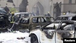 Petugas berusaha memadamkan kebakaran pasca ledakan bom di masjid di kota Dammam, Saudi Arabia, Jumat (29/5).