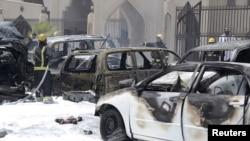 Petugas pemadam kebakaran di depan lokasi ledakan di masjid Syiah di Dammam, Saudi Arabia (29/5).