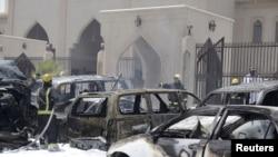 2015年5月29日沙特消防人员在达曼一座清真寺旁灭火,此前该地发生爆炸。