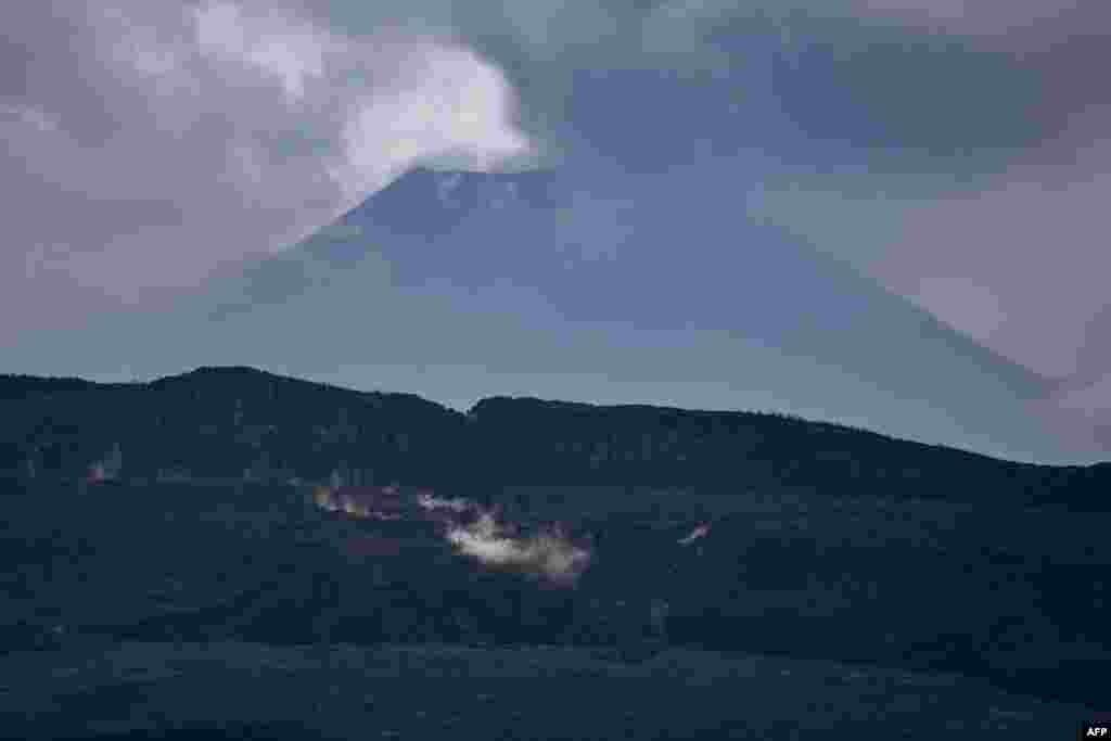 Liboso ya volcan Nyamuragira mpe nsima ya volcan Nyiragongo, Nord-Kivu, 30 mai 2021.