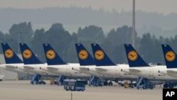 Maskapai Lufthansa terpaksa membatalkan ratusan penerbangan akibat pemogokan para pramugari dan awak kabin yang menuntut kenaikan gaji 5 persen (4/9).