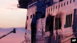 """意大利消防人員向"""" 諾曼大西洋號 """" 渡輪船身噴灑水。"""