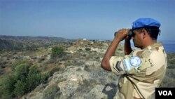 Seorang penjaga perdamaian PBB yang ditempatkan di perbatasan Siprus Yunani dan Siprus Turki tampak meneropong kawasan yang dijaganya (foto: dok.).