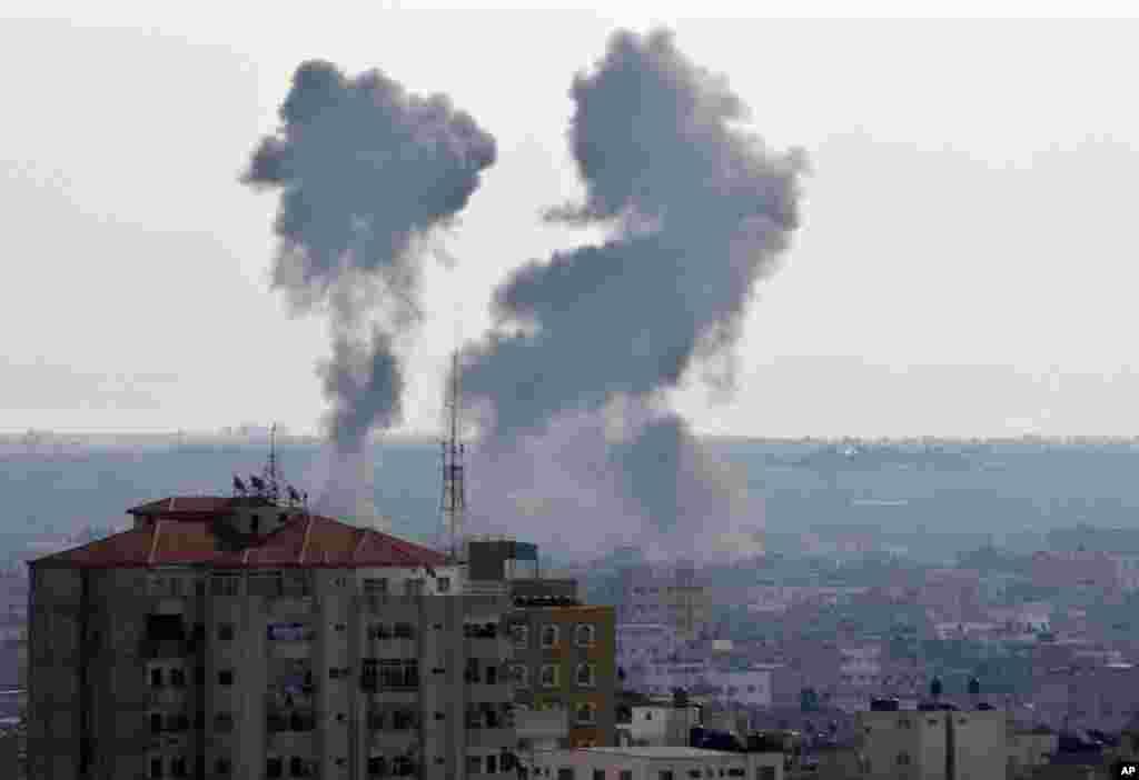 Asap membubung tinggi menyusul serangan Israel di kota Gaza (15/11). (AP/Adel Hana)