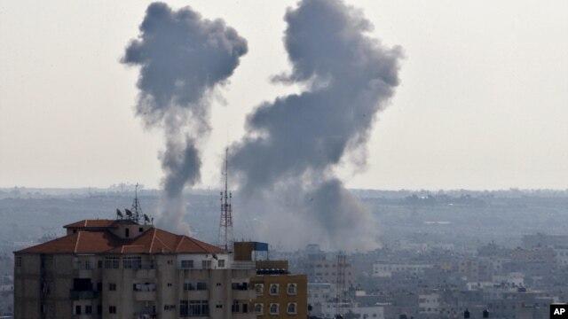Serangan udara Israel menyebabkan kepulan asap di beberapa kawasan permukiman di Jalur Gaza hari Kamis (15/11).