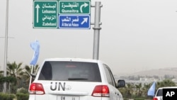 聯合國觀察員星期二在大馬士革乘坐聯合國的車輛離開旅館