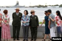 台湾总统蔡英文展开太平洋友邦之旅,过境美国夏威夷,在珍珠港事件中被日军击沉的亚利桑那号战舰上的纪念馆和代表团成员与美国国家公园工作人员合影(2017年10月28日)