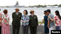 Presiden Taiwan Tsai Ing-wen (tiga dari kiri) dalam lawatannya ke Pasifik, berdiri bersama delegasi dan petugas layanan Taman National AS di USS Arizona Memorial, Pearl Harbor dekat Honolulu, Hawaii, 28 Oktober 2017.