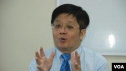 香港經濟學者關焯照建議,港府將一簽多行或為3日一行或5日一行,慢慢測試削減大陸旅客的反應 (美國之音湯惠芸拍攝)