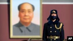 一名中国武警士兵戴着口罩在北京天安门前站岗。(2020年2月4日)