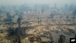 منطقۀ سانتا روزای کالیفورنیا که شعله های آتش آن را با خاک یکسان کرده است
