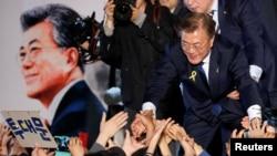 韩国当选总统文在寅在首尔感谢支持他的群众(2017年5月10日)