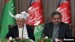 Presiden Afghanistan Ashraf Ghani (kedua dari kanan) dan PM Pakistan Shahid Khaqan Abbasi di Herat, Afghanistan, 23 Februari 2018. (Foto: dok).