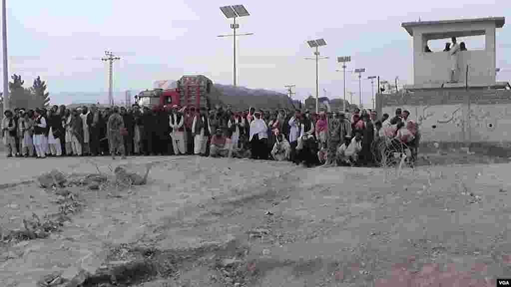 وزیراعظم نواز شریف نے جذبہ خیر سگالی کے طور پر پاک افغان سرحدی راستے فوری طور پر دوبارہ کھولنے کے احکامات جاری کیے۔