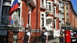 La policía patrulla la embajada de Ecuador en Londres, donde se aloja Julian Assange.