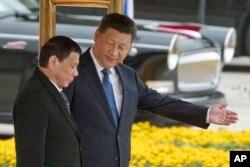 រូបឯកសារ៖ លោកប្រធានាធិបតី Xi Jinping ស្វាគមន៍លោកប្រធានាធិបតី Duterte នៅក្នុងដំណើរទស្សនកិច្ចរបស់លោកនៅទីក្រុងប៉េកាំង កាលពីថ្ងៃទី២០ ខែតុលា ឆ្នាំ២០១៦។