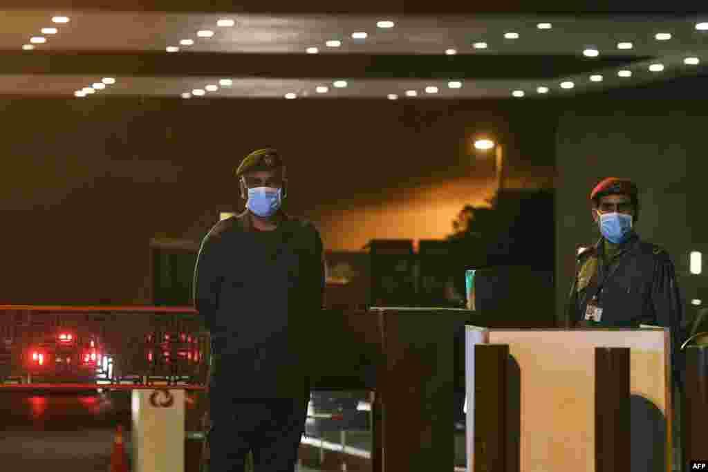 کراچی میں کرونا وائرس سے متاثرہ شخص کو آغا خان اسپتال میں داخل کیا گیا ہے جس کے ساتھ ہی تمام اسپتالوں میں طبی عملے کو ماسک پہننے سمیت دیگر حفاظتی اقدامات کرنے کی ہدایات کی گئی ہے۔